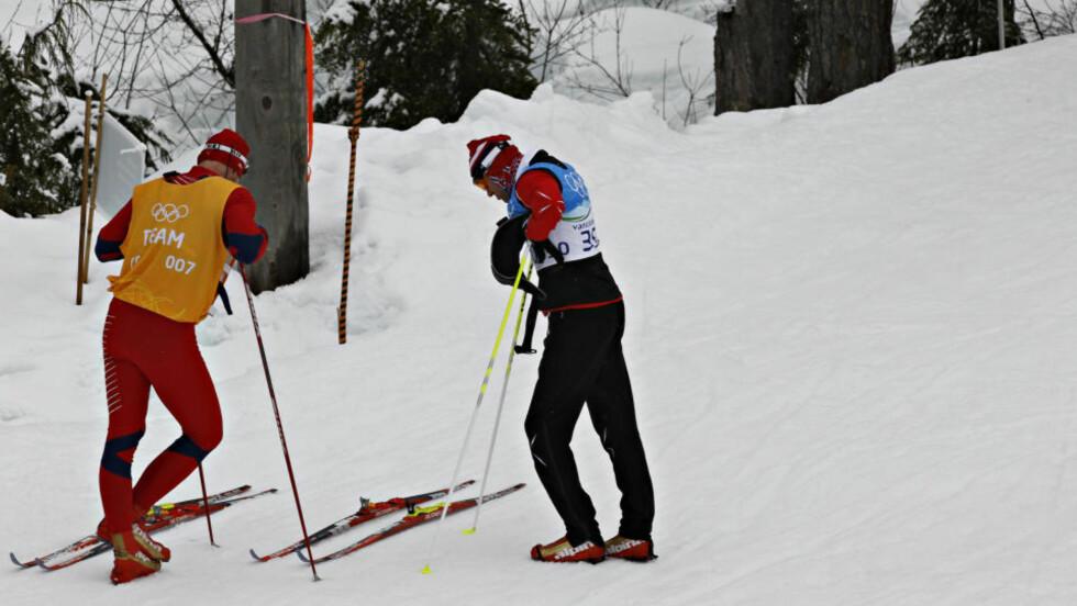 GRUB(B)LET FÆLT: Odd-Bjørn Hjelmeset brukte så lang tid på å bestemme seg for hva slags ski han skulle på i andreetappen at det bare var såvidt han rakk starten. Her står han og diskuterer med Håvard Moheim fra det norske smøreteamet like før den gale avgjørelsen om ekstra rubb under skiene blir tatt. - Det var jeg som ville gjøre det sånn, det var min skyld, sier Hjelmeset.