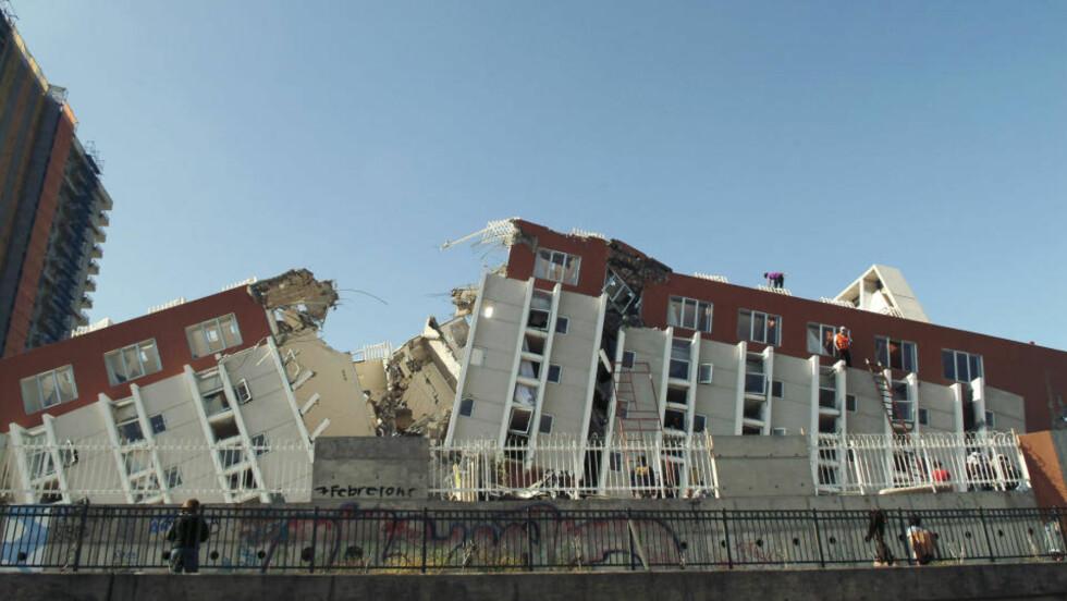 LETER ETTER OVERLEVENDE: Redningsarbeidere søker etter overlevdende i en leilighetsbygning i byen Concepcion, som er blant de verst rammede etter Chile-skjelvet. Foto: REUTERS/Jose Luis SaavedraCANPIX