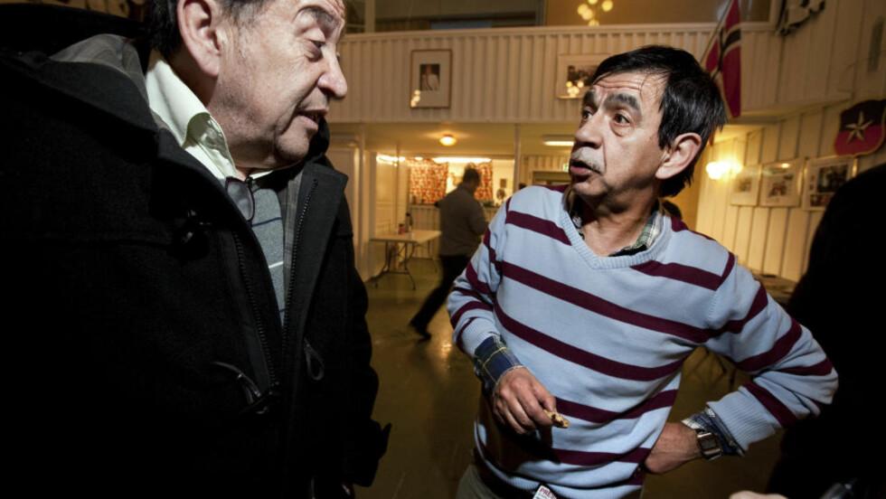 ENGASJERTE:  Francisco Chavez (t.v) og Mario Neira har knapt sovet siden jordskjelvet på styrke 8,8 rammet hjemlandet lørdag morgen. I kveld var de likevel tilstede i Chilensk forening Oslo for å diskutere hvordan de best kan hjelpe. Foto: Henning Lillegård / Dagbladet