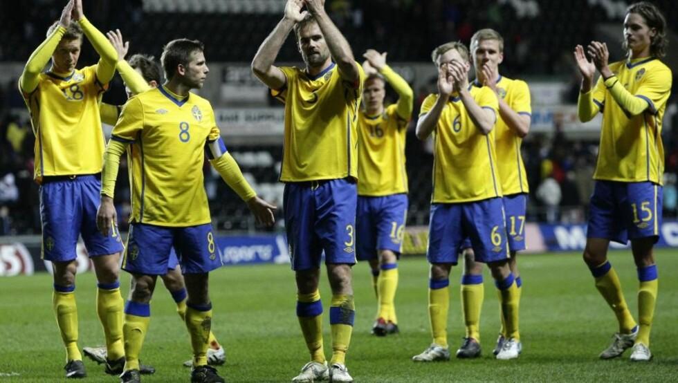 SEIER: Her jubler de svenske spillerne etter seieren i Wales. I svensk presse omtales kampprogrammet som kampens høydepunkt. Foto: AP/Jon Super