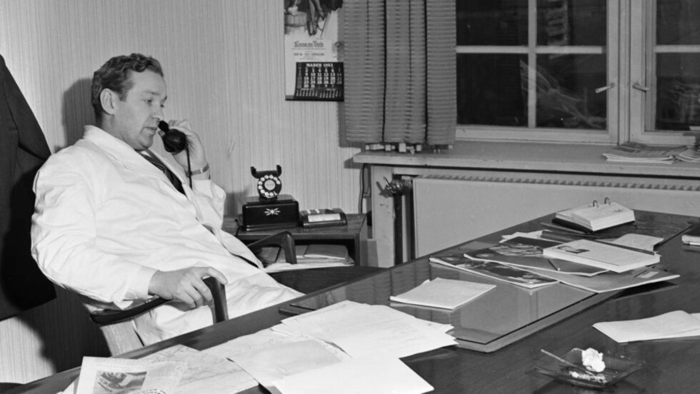 DE MANNLIGE INGENØRENES GLANSDAGER: Entrepenøren Olav Selvaag revolusjonerte norsk byggebransje, her på sitt kontor i 1953. Foto: NTB / Scanpix.
