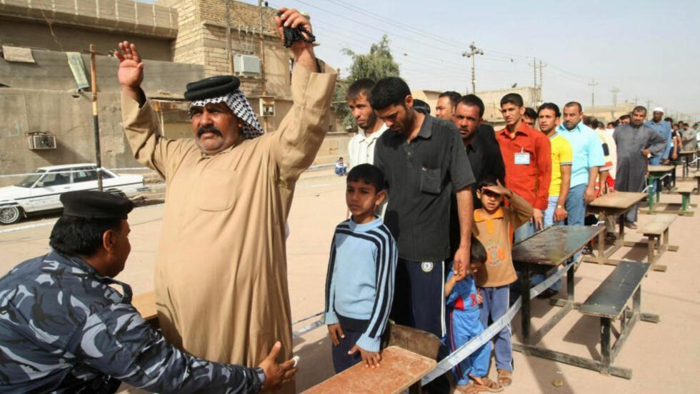 ANSPENT: På tross av bombeangrep og trusler bruker mange stemmeretten i Irak i dag, som her i Basra. Alle blir kroppsvisitert før de ankomer stemmeurnene. Foto: ESSAM AL-SUDANI / AFP / SCANPIX