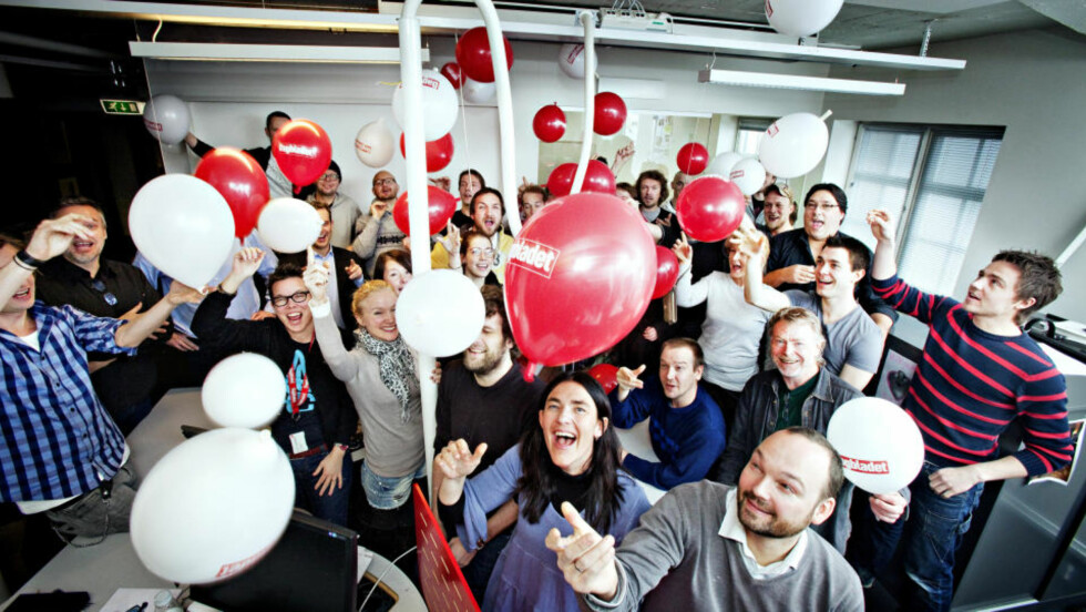 BURSDAG: Femtenårsdagen til Dagbladet.no ble feiret med ballongslipp på desken i dag. På bildet ser du et assortert utvalg journalister, fotografer og utviklere i Dagbladet. Foto: NINA HANSEN/DAGBLADET