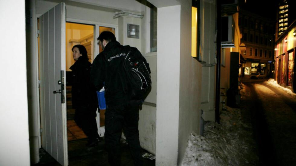 ETTERFORSKER: Krimteknikere jobbet i kveld ved leiligheten. Foto: Torbjørn Grønning