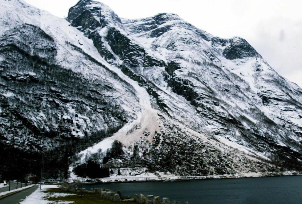 EIDFJORD: Stort snøfall, kald vinter og regn det neste døgnet kan være oppskriften på et skredrikt døgn. Her er et skred i Eidfjord i 2002 som tok med seg både rutebuss og autovernet. Foto: ODDMUND LUNDE/DAGBLADET