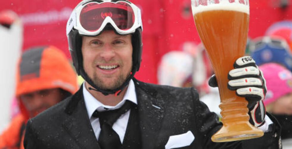 SKÅL: Etter målpassering i Garmish-Partenkirchen fikk Büchel servert en solid øl. Foto: Miro Kuzmanovic, Reuters/Scanpix
