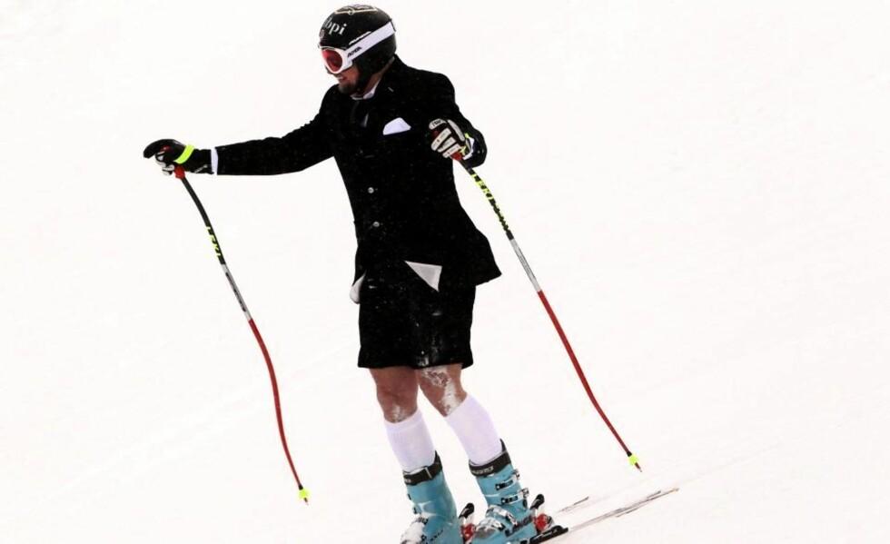 KALDE KNÆR: 38 år gamle Marco Büchel fra Lichtenstein kjørte sitt siste verdenscuprenn i alpint i dag.  Büchel satte utfor i kortbukse og dressjakke, og tok seg god tid til å hilse på folk langs løypa i avskjedsrennet. Foto: Stephan Jansen, EPA/Scanpix