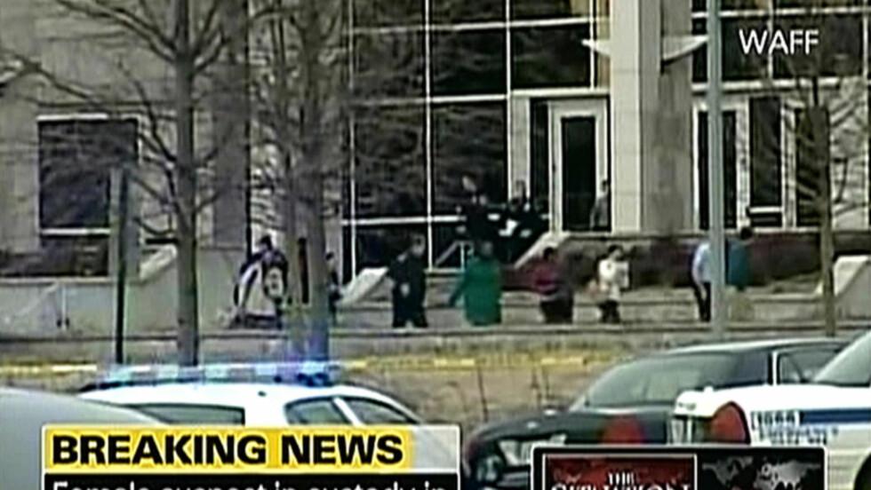 TRE DREPT: Skytingen på Alabama-Hunstsville-universitetet i USA i februar endte i tragedie. Høyere kriminalitet i USA enn i Europa kan ikke forklares med gener, men må ses i lys av fattigdom, politikk og klasse, mener Ottar Brox. Foto: AFP