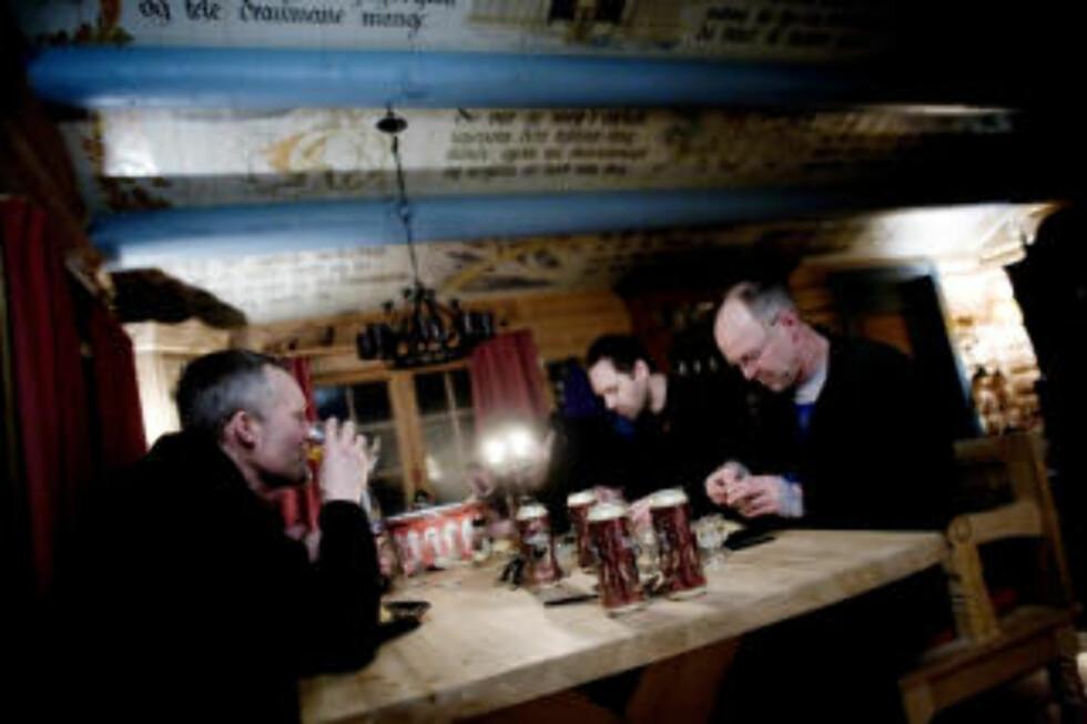 Løsning:Vegard Ulvang, Harald Dag jølle og Stein P. Aasheim sørger for at vekta øker noe, med gryterett og øl.