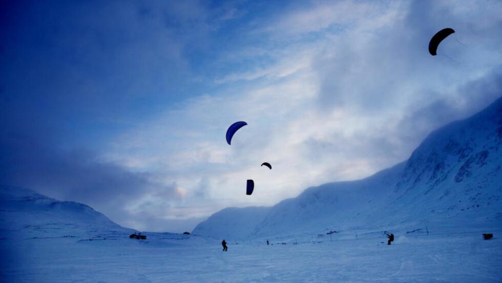 Hemsedal: Vegard Ulvang med venner skal gå til Sørpolen. Her trener ekspedisjonsmedlemmene på kiting på Hemsedalsfjellet. Foto: Linda Næsfeldt