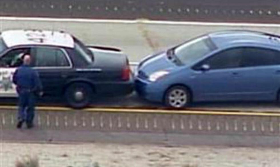 DRAMATIKK PÅ MOTORVEIEN:  Mandag ringte en Prius-sjåfør politiets nødnummer om at han hadde mistet fartskontrollen over bilen på motorveien utenfor San Diego. Politiet fikk geleidet den vettskremte sjåføren og bilen inn mot autovernet. FOTO: NBC/REUTERS/SCANPIX.