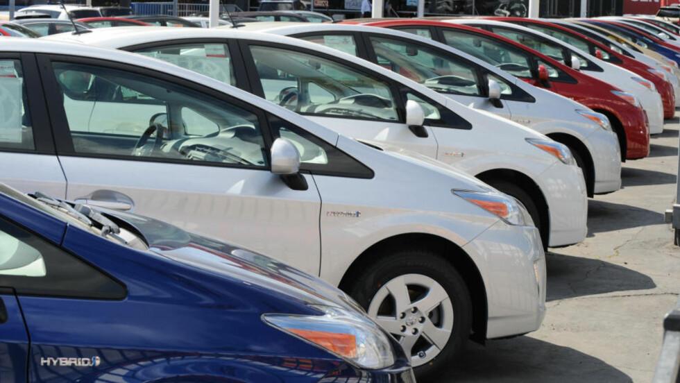 TØFFE TIDER FOR TOYOTA:  Nye Toyota Prius hybrid-modeller på rekke og rad hos en bilforhandler i Hollywood, California. Bilkjøperne er avventende. FOTO: AFP/SCANPIX.