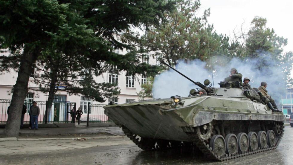 MELDTE OM RUSSISKE TANKS I HOVEDSTADEN: TV-nyhetene skapte panikk i Georgia. Her er en russisk tanks avbildet 30. september 2008 i landsbyen Karaleti, som ligger i den russisk-kontrollerte buffersonen bare fem kilometer fra Gori. ARKIVFOTO: AFP PHOTO / KAZBEK BASAYEV / SCANPIX