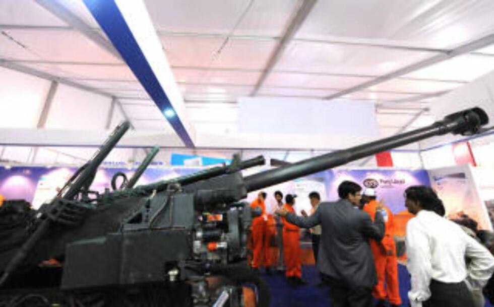 MIDT I SMØRØYET: Våpenkjøpere avbildet på DefExpo 2010-messa i New Delhi i februar. Foto: AFP/Scanpix