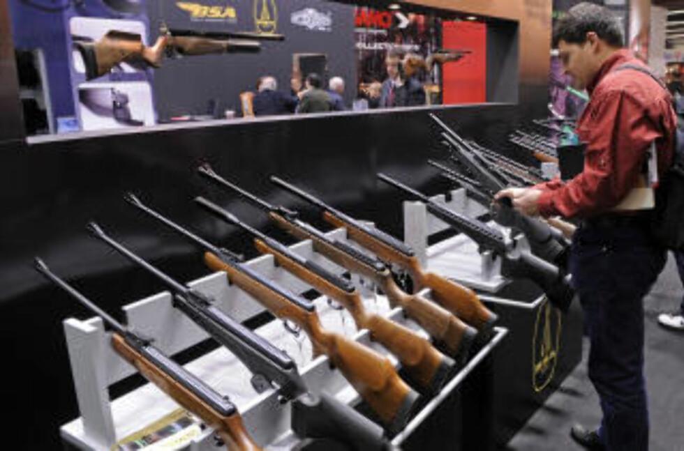 TYSK ØKNING: Tyske politikere uroer seg over en voldsom økning i tysk våpeneksport. Her fra en våpenmesse i Nürnberg 12. mars i år. Foto: AFP/Scanpix