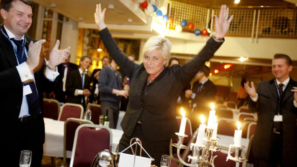 STRATEG: Tor Mikkel Wara (t.v.) jobbet tett med partileder Siv Jensen i Fremskrittspartiet, gjennom valgkampen i fjor høst. Her applauderer han Jensen på partiets valgvake på Det Norske Teater valgnatta. FOTO: SCANPIX