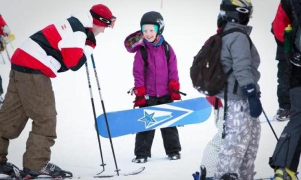 SNØBRETT: —Artig, synes Aileen Simonsen (7) som er fra Oppdal, men temmelig fersk snøbrettkjører. Foto: Ole Morten Melgård.