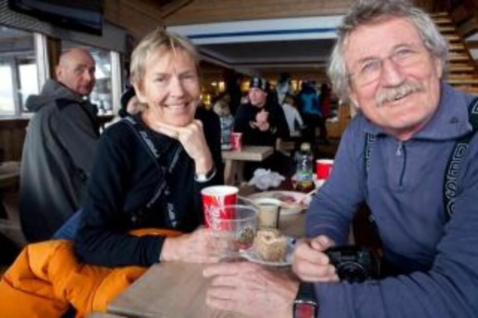 TOK TOGET: Annichen Hauan (63) og Halvor Næss (69) tok toget fra Oslo for å stå på ski på Oppdal. Her prøver de gulasjsuppa på Vangslia Café. Foto: Ole Morten Melgård.
