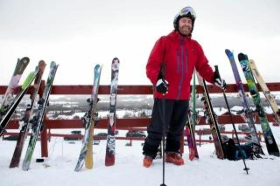 TESTER SKI: Erlend Sande, som er ansvarlig redaktør i magasinet Fri Flyt, har satt av ei arbeidsuke til å teste nye skimodeller på Oppdal. Foto: Ole Morten Melgård.
