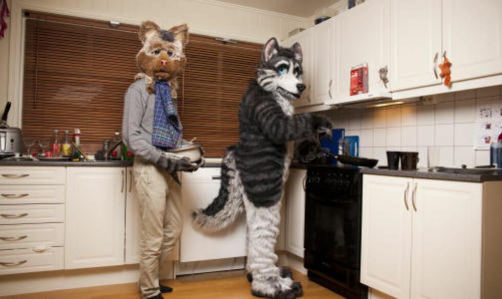 DISKER OPP: Dax og Dan trakterer furrygjestene på en fest på Gjøvik. Foto: SIGURD FANDANGO/DAGBLADET