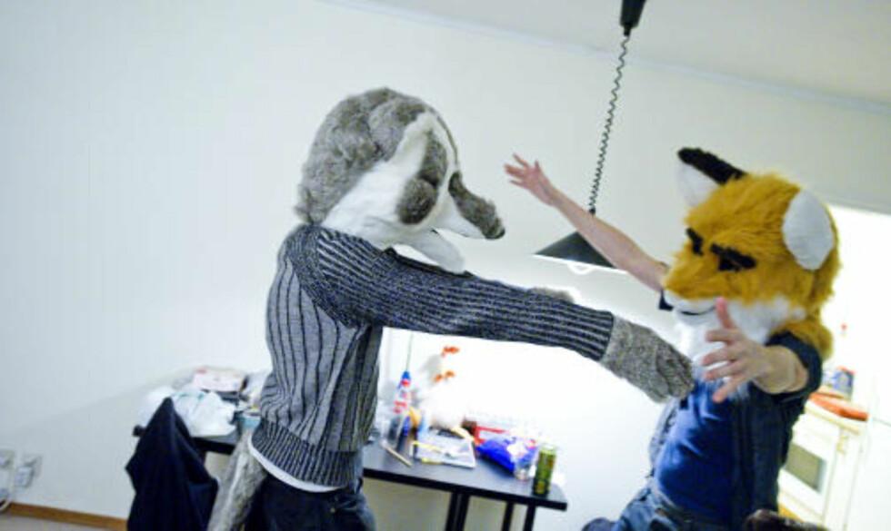 KOS: Kroppskontakt med med-furries er nærmest obligatorisk under festene. Foto: THOMAS RASMUS SKAUG/DAGBLADET