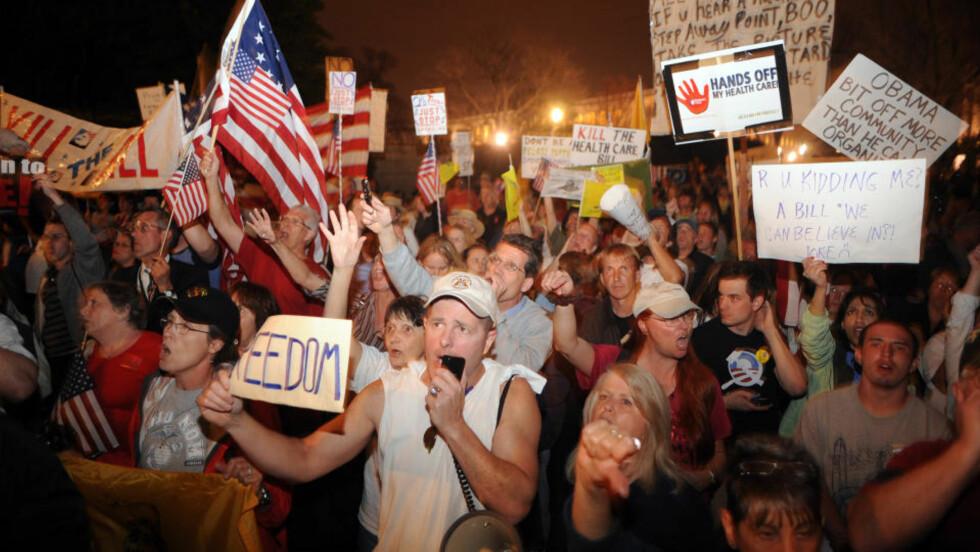 STOR MOTSTAND: De republikanske politikerne og deres støttespillere gjør det ikke lett for Barack Obama å få gjennom helsereformen: Foto:  Astrid Riecken/Getty Images/AFP/Scanpix