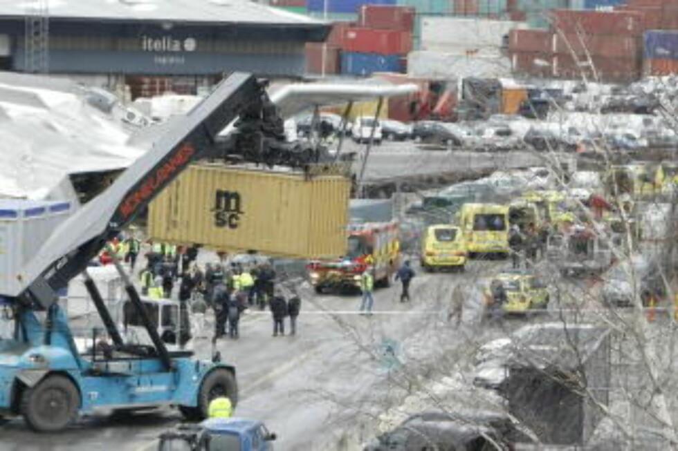 FULL ALARM: Et stort antall ambulanser ble sendt til havneområdet. Foto: Heiko Junge / SCANPIX