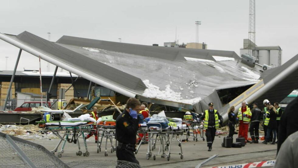 KNAKK: Et havnebygg ved terminalen på Ormsund ble truffet av løpske vogner som sporet av. Foto: Heiko Junge / SCANPIX