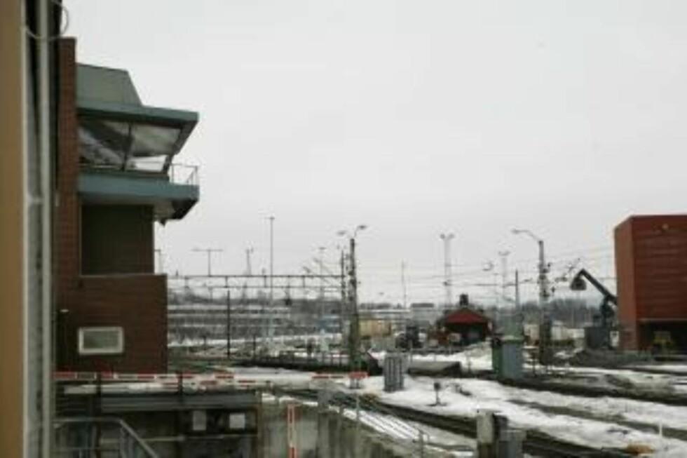 UTSIKT: Fra Jernbaneverkets trafikkontroll-kontor ser man utover skinnene som leder ned til Oslo. Her rullet toget forbi. Foto: Torbjørn Grønning