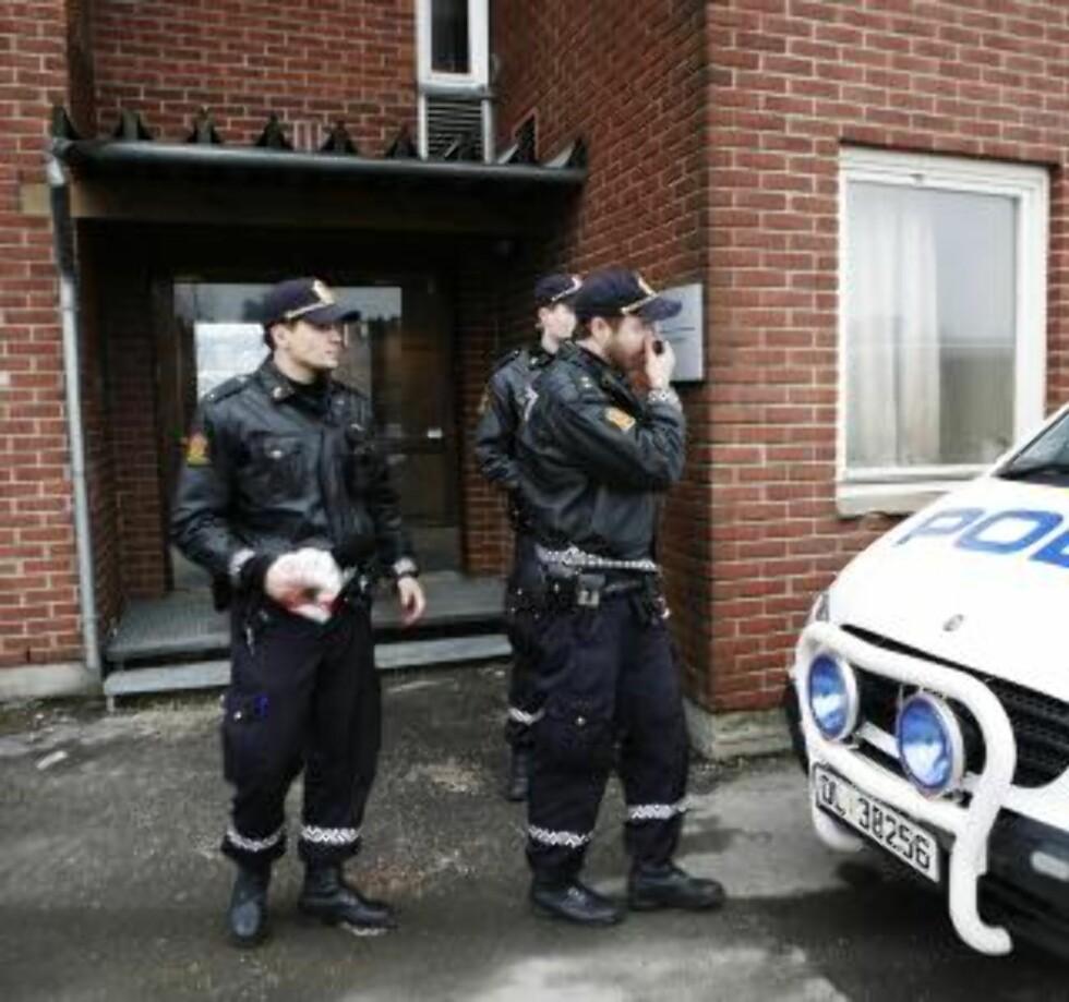 SPERRET BYGGET: Politiet sperret av Jernbaneverkets bygg i ettermiddag. Foto: Torbjørn Grønning