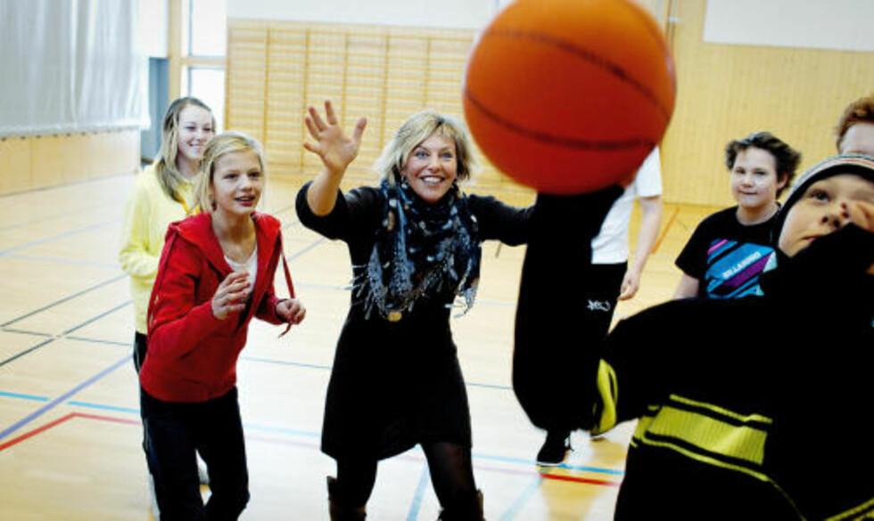 MÅ TILRETTELEGGE: — Man må tilrettelegge for mer varierte fysiske aktiviteter, sier rektor Hilde Marie Schjerven ved Runni ungdomsskole til Dagbladet. Her spiller hun basket med spreke elever. Foto: Bjørn Langsem.