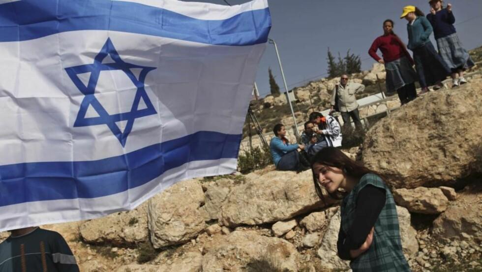 NY BOSETTING: Unge israelere ser på mens grunnsteinen legges ned for nok en jødisk bosetting på Hebron.  Foto: Scanpix