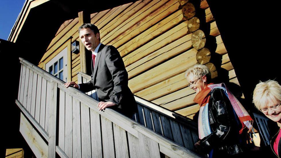 OPP OG FRAM MED SKATTEPENGER: Jens Stoltenberg snakker om å bygge, snekre eller levere som om Norge var et firma, mener kronikkforfatteren. Ulserød har tidligere vært praktikant i den liberalkonservative tenketanken Civita. Foto: Bjørn Langsem