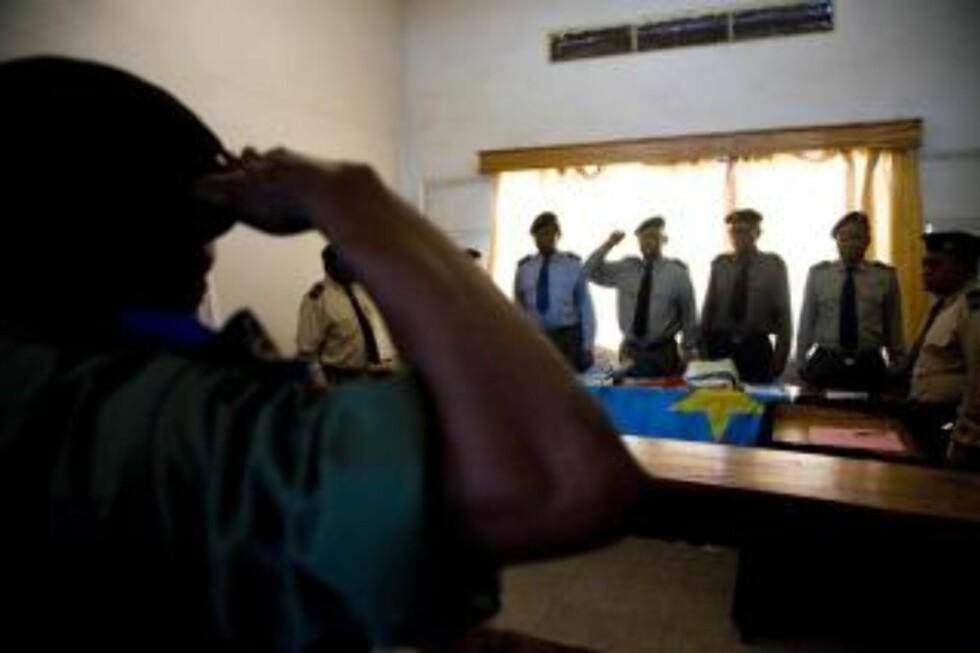 RETTEN SETTES: Med samme militære prosedyre som i Kisangani, ble den militære høyesteretten satt klokken 11.30. Foto: Tore Bergsaker.