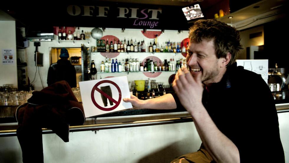 INGEN ADGANG: Bjarte Seim og medeierne av utestedet Off Pist var enstemmige i avgjørelsen om å henge opp dette skiltet i døra. - Vi ønsker ikke nikkersgjenger her, sier han.Foto: Øistein Norum Monsen/DAGBLADET.