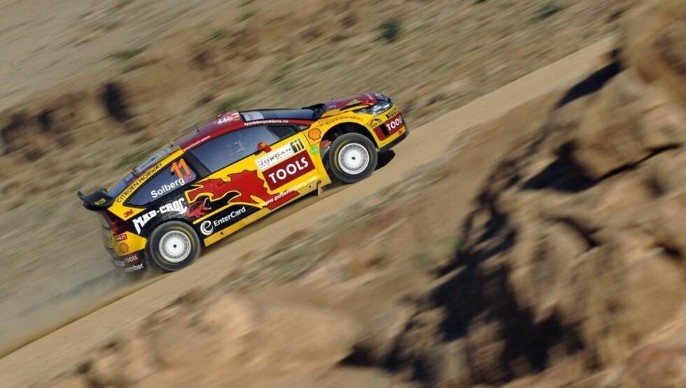 UNDER SJØEN: Rally Jordan kjøres under sjønivå. Det ser ikke ut til å være noe problem for Petter Solberg og Phil Mills, som flyr høyt på resultatlista på de første fartsprøvene. Foto: EPA/Scanpix