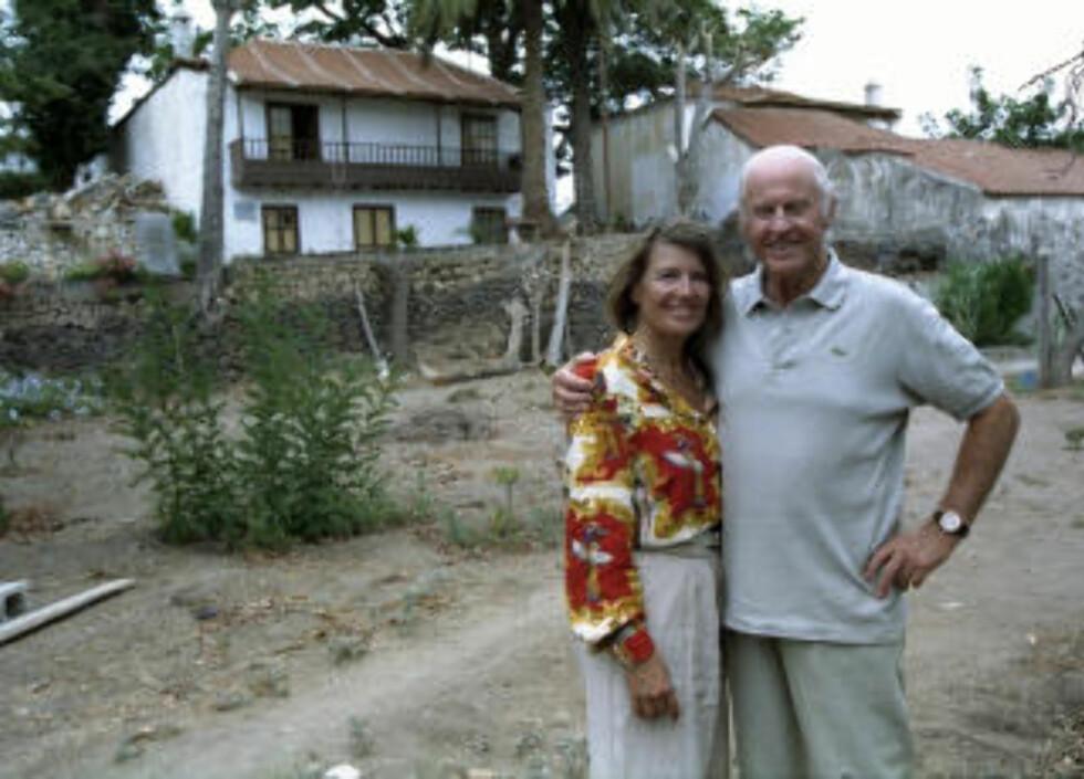 1994:  Her er Thor Heyerdahl sammen med kona Jaqueline Beer Heyerdahl fotografert foran boligen på Tenerife i september 1994.  De traff hverandre for første gang på toppen av pyramiden i Güimar.  Foto: Geir Bølstad
