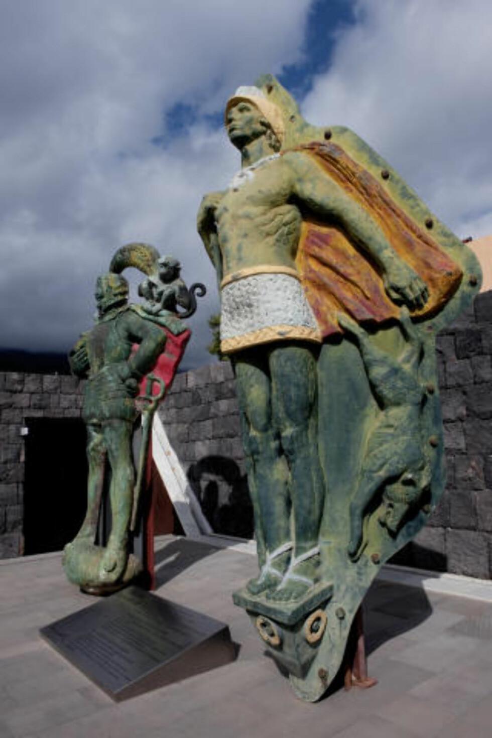 PIRÁMIdES de GÜIMAR: Skulpturer er guanchene, Kanariøyenes tidligere innmbyggere, vokter inngangen til pyramideparken.  Foto: John Terje Pedersen