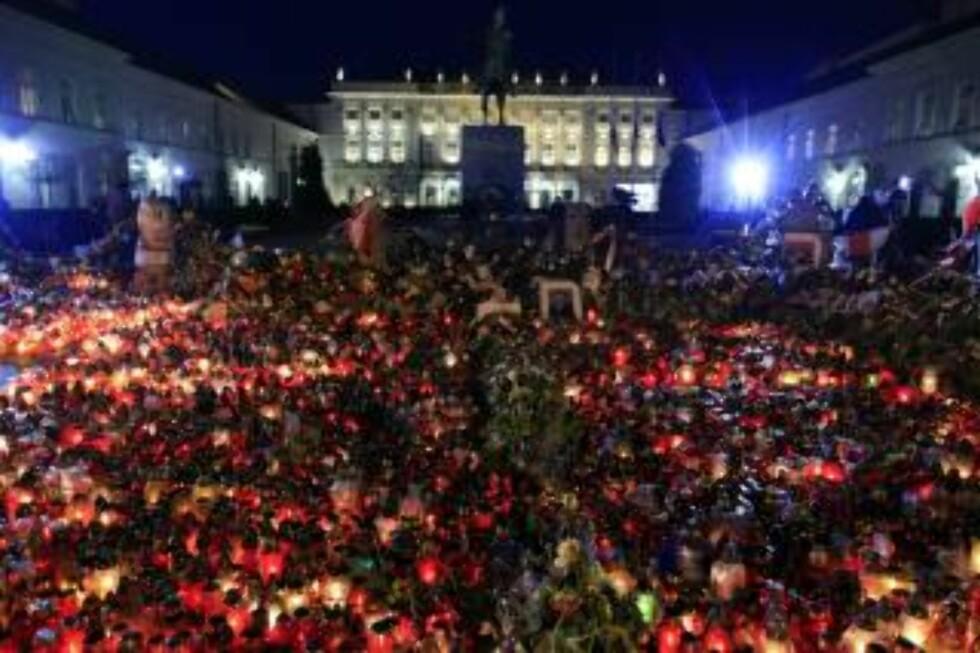 LANDESORG: Warszawas innbyggere sørger foran inngangen til presidentpalasset. Foto: EPA/GRZEGORZ JAKUBOWSKI/SCANPIX