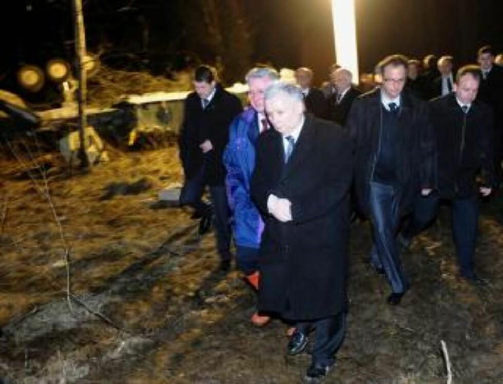 ALENE: Jaroslaw Kaczynski kom til ulykkesstedet sammen med representanter for partiet han og broren stiftet. Foto: EPA/Jacek Turczyk/SCANPIX
