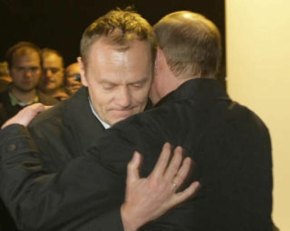 OMFAVNELSE: Russlands statsminister Vladimir Putin og Polens statsminister Donald Tusk omfavnet hverandre da de var på ulykkesstedet lørdag. Foto: AFP PHOTO/RIA NOVOSTI/SCANPIX