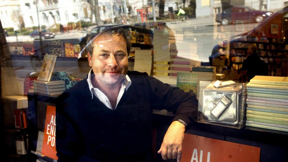 VINDUSPLASS: Det koster å bli sett. Vil du ha ei bok godt synlig i vinduet og ved kassa i en bokhandel i tillegg til i avisannonser og bokkataloger, må du ut med opp mot 100000 kr, forteller forlegger Arve Juritzen. Foto: Anders Grønneberg