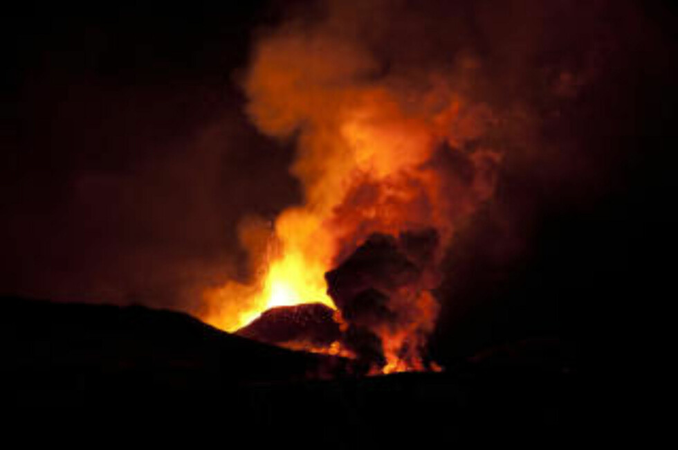VULKANUTBRUDD: Bildet viser utbruddet i en vulkan i isbreen Eyjafjallajökull i mars. Onsdag var det igjen utbrudd i området hvor breen ligger. Arkivfoto: SCANPIX