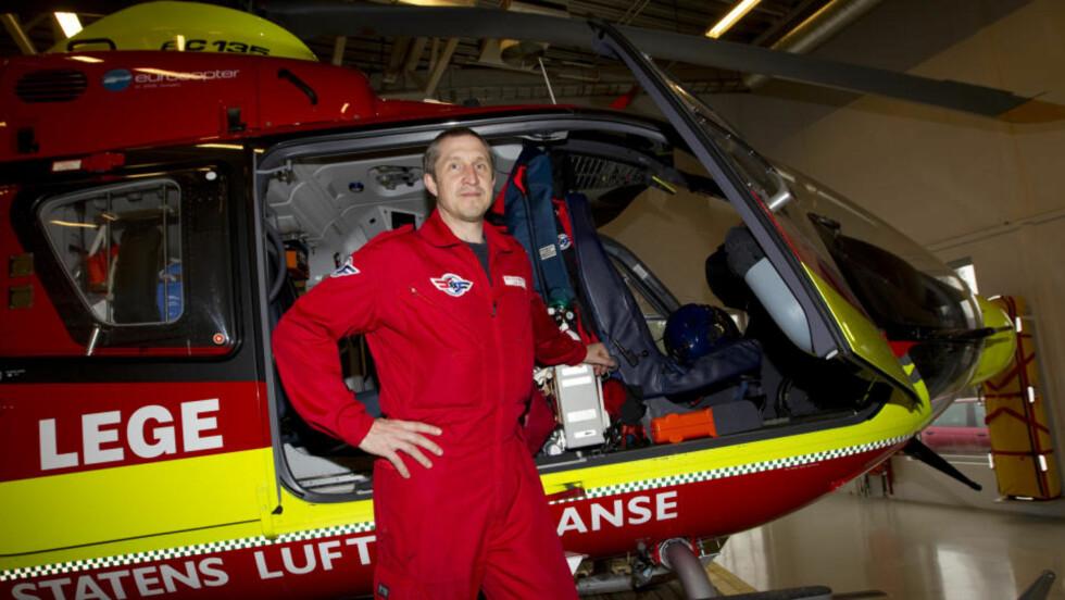 STÅR PÅ BAKKEN: Pilot Bo Conneryd i Norsk luftambulanse har rolige dager så  lenge luftrommet over Norge er stengt. Redningshelikoptrene og Luftambulansene står på bakken over hele landet. Foto: Morten Holm / Scanpix