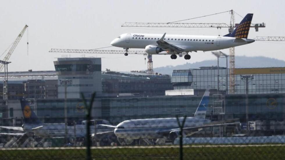 LANDER:  En rekke flyselskaper har i helgen foretatt testflyvninger i det ellers stengte luftrommet. Her lander et fly fra City-Line i Farnkfurt Main i Tyskland. Flyforbudet koster flyselskapene enormt, og de presser nå hardt på for å få gjennoppta flvningen. Foto: EPA/FRANK RUMPENHORST/Scanpix