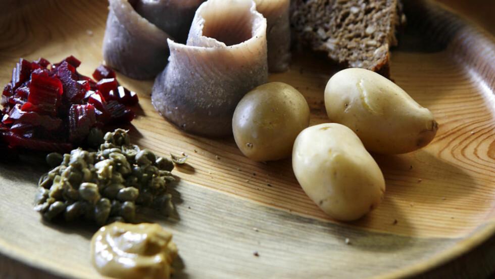 IN NATURA: Sild i all enkelhet - med varme poteter, rødbeter, kapers, sennep, revet pepperrot og rugbrød. Får du tak i god spekesild, er det lite du trenger å gjøre.