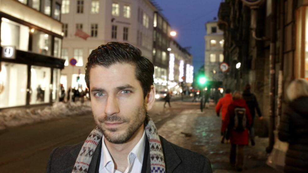 NOIR-FORFATTER: Jens Lapidus er kjent for sin krimromanserie Stockholm Noir. Nå er han aktuell med en tegneseriebok i samme stil. Foto: HANS ARNE VEDLOG