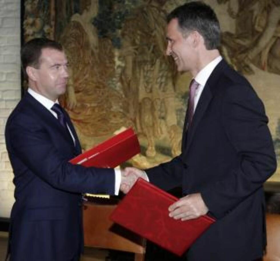 - HISTORISK: Stoltenberg og Russlands president Dmitrij Medvedev avsluttet 40 års strid mellom landene. Foto: EPA/DMITRY ASTAKHOV/SCANPIX