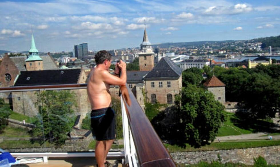 FESTNING: Akershus sett fra øverste dekk en varm sommerdag, mens byen foreviges av cruiseturister.