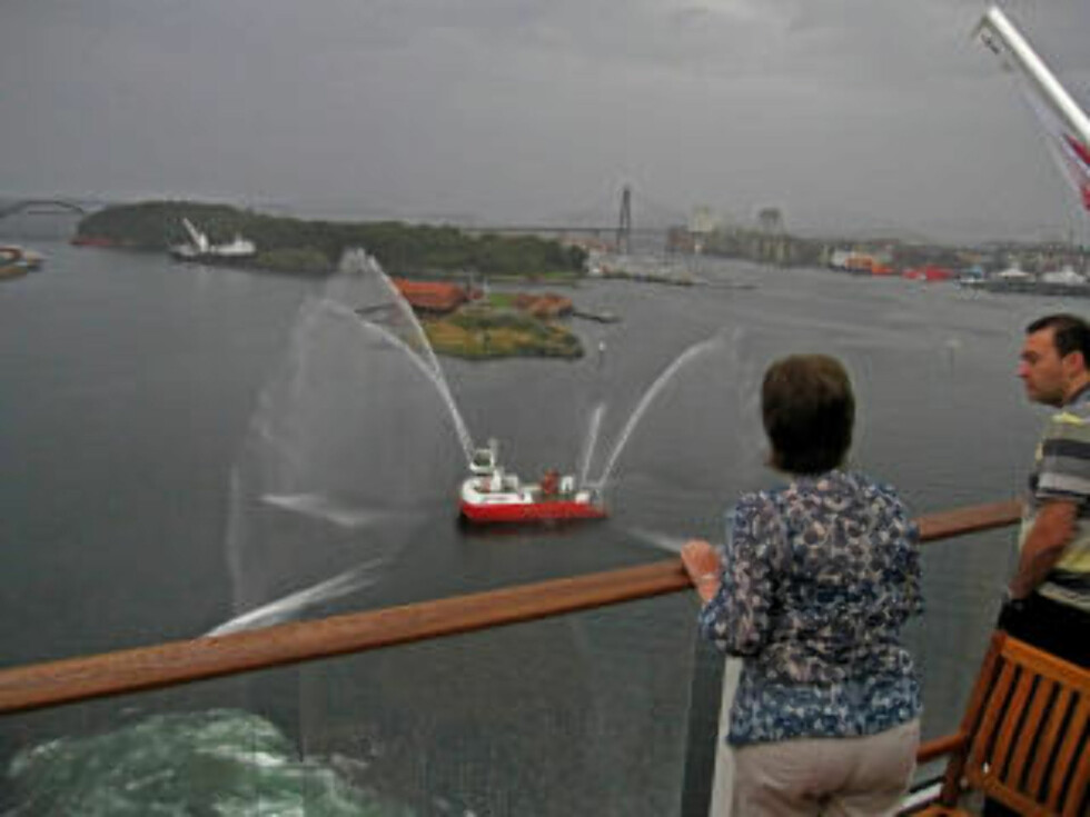VÅTT: Stavangers brannbåt prøver å hjelpe på den nitriste stemningen i regnværet.